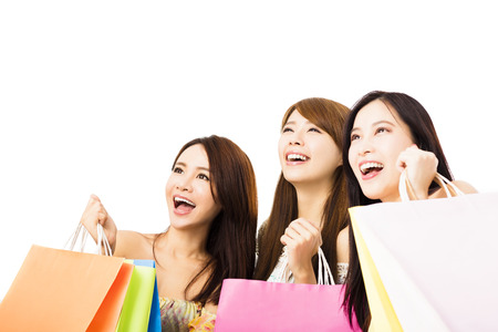 chicas compras: Grupo de mujer joven feliz con bolsas de la compra mirando hacia arriba Foto de archivo