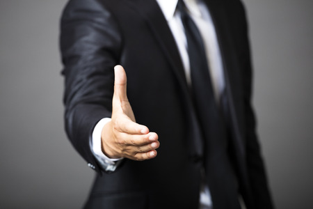 saludo de manos: ofrecimiento del hombre de negocios apretón de manos