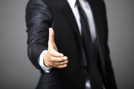 stretta di mano: uomo che offre business handshake