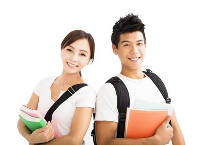 Šťastní mladí studenti spojí s knihami