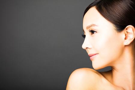 retrato: vista lateral de la cara de mujer joven y bella