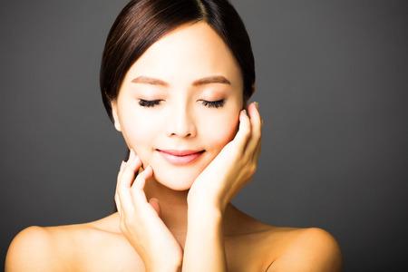 美女: 特寫鏡頭年輕漂亮的微笑的女人的臉 版權商用圖片