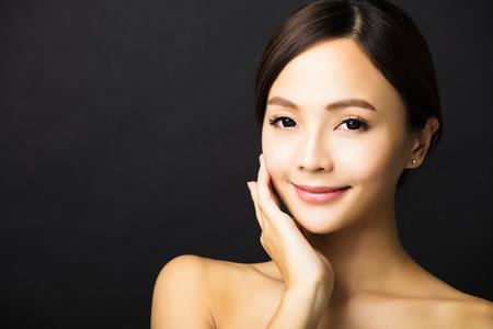 근접 촬영 아름 다운 젊은 아시아 여자 얼굴 스톡 콘텐츠 - 48683864