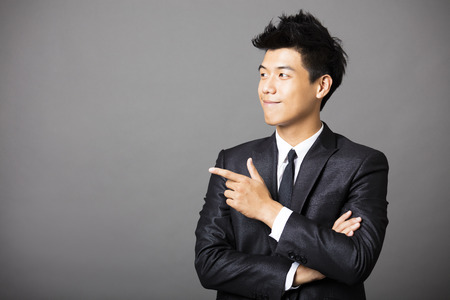 young  business man with pointing gesture Imagens