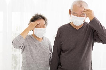 senior paar met beschermende gezichtsmasker Stockfoto