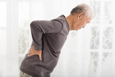 detras de: hombre mayor con dolor en la espalda Foto de archivo