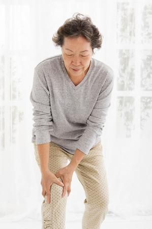 de rodillas: mujer mayor con dolor de rodilla