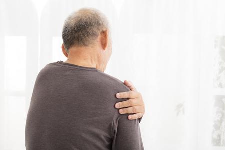 hombros: Hombre mayor sufrimiento de dolor en el hombro Foto de archivo
