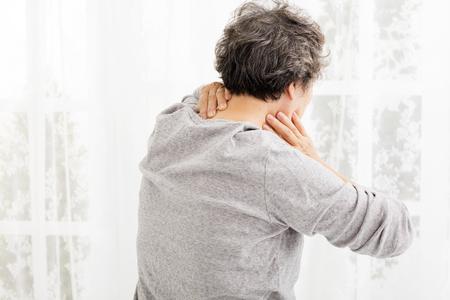persona mayor: Mujer mayor con dolor de cuello