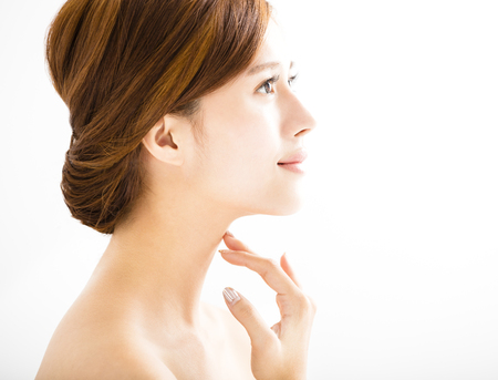 sonrisa: vista lateral de la mujer sonriente joven con la cara limpia