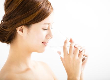 wasser: hübsche junge Frau Wasser aus Glas trinken