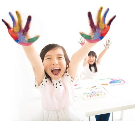Gerne Kleine Mädchen Mit Den Händen In Der Farbe Lizenzfreie Fotos ...