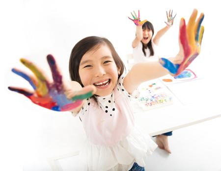 niños chinos: niñas felices con las manos en la pintura