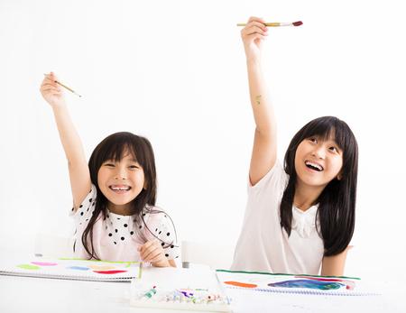 Enfants heureux peinture dans la salle de classe Banque d'images - 49363898