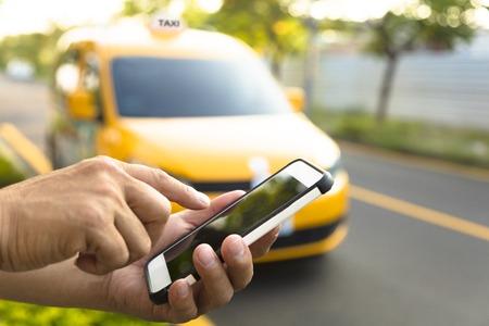 llamando: El hombre pide un taxi desde su celular