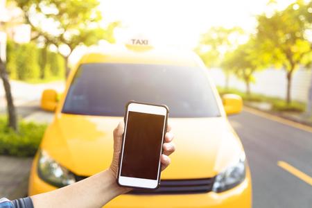 남자는 자신의 휴대 전화에서 택시를 주문한다 스톡 콘텐츠