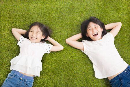 Gelukkig weinig meisjes rust op het gras