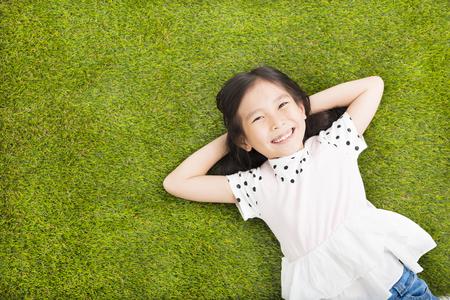 in the summer: feliz Niña que se reclina en la hierba