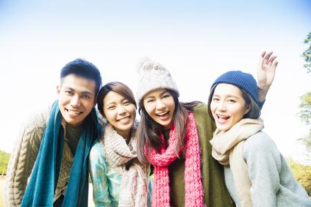 viagem: grupo jovem e feliz com o desgaste do inverno Banco de Imagens