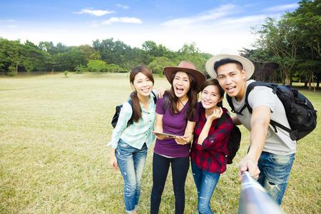 niñas chinas: Vista superior de la feliz toma de joven grupo selfie por teléfono inteligente