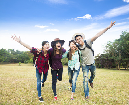 prázdniny: šťastná mladá skupina užívat dovolenou a cestovního ruchu