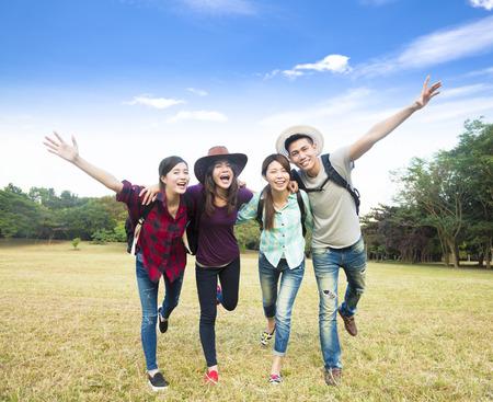 utazási: boldog fiatal csoport élvezheti nyaralás és turizmus