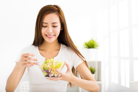 Piękna młoda kobieta jedzenia zdrowej żywności