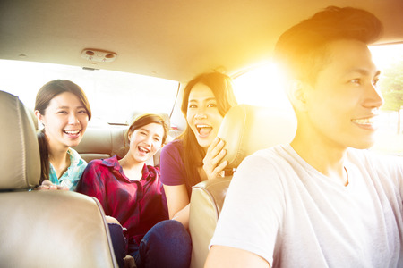 du lịch: nhóm những người trẻ thưởng thức chuyến đi đường trong xe