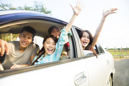 šťastná mladá skupina baví v autě