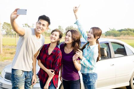 Jonge mensen genieten road trip en het maken van selfie Stockfoto - 50480600