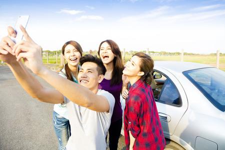 reizen: jonge mensen genieten road trip en het maken van selfie