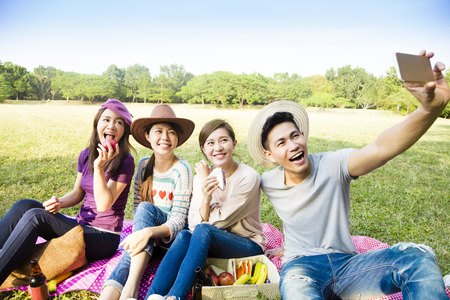 fin de semana: feliz haciendo joven grupo selfie por teléfono inteligente