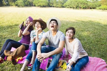 Bovenaanzicht van gelukkige jonge groep maken selfie door smart phone