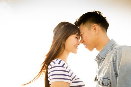 Lächelnde Paare in der Liebe mit Sonnenlicht Hintergrund