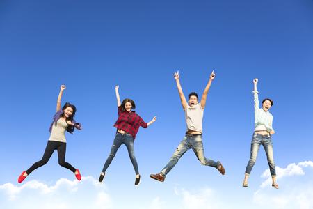 mujeres juntas: grupo de jóvenes felices saltando juntos