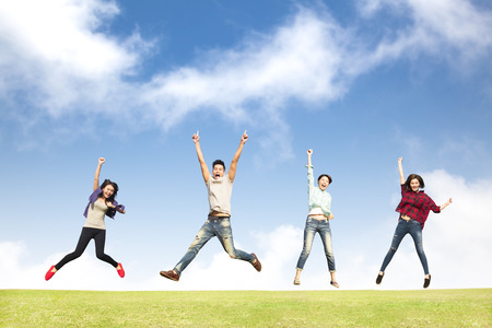 jumping: grupo de jóvenes felices saltando juntos