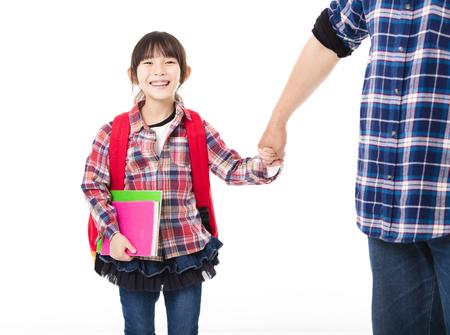 Pai andando para a escola com a menina