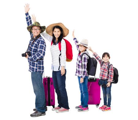 mujer con maleta: familia feliz con la maleta se va de vacaciones Foto de archivo