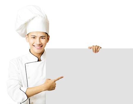jeune chef montrant un plateau vide isolé sur blanc Banque d'images