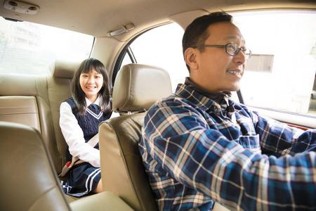 uniformes: padre conduce a la escuela con la hija adolescente