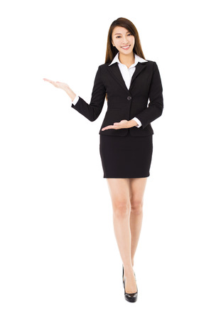 lächelnde junge Business-Frau mit Geste zeigt