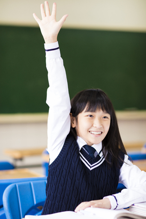estudiantes de secundaria: bonita estudiante levanta la mano en clase