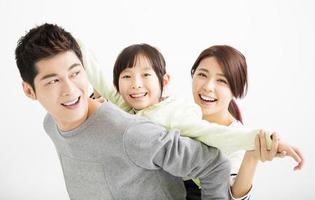 家庭: 快樂有吸引力的年輕亞洲全家福