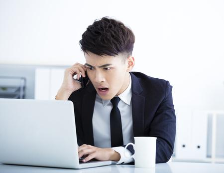 Zakenman met stress en verrast in het kantoor