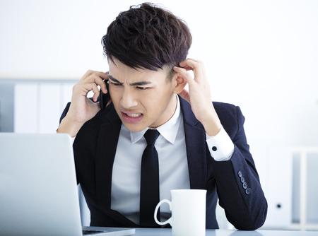 agotado: El hombre de negocios que tiene tensión en la oficina