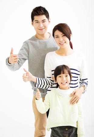 Glückliche attraktive junge Familie mit Daumen nach oben Standard-Bild - 52000881