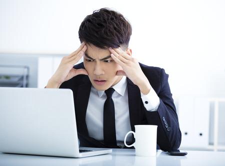 trabajo en la oficina: El hombre de negocios que tiene tensi�n en la oficina