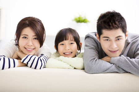 excitación: Feliz atractivo joven de la familia y de la niña