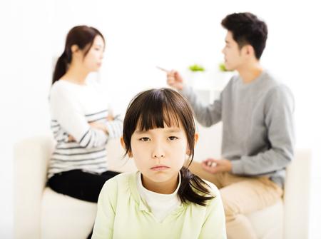 pareja enojada: Los padres luchando y niña estar molesto