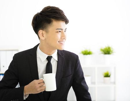 Szczęśliwy młody biznesmen relaks w biurze Zdjęcie Seryjne